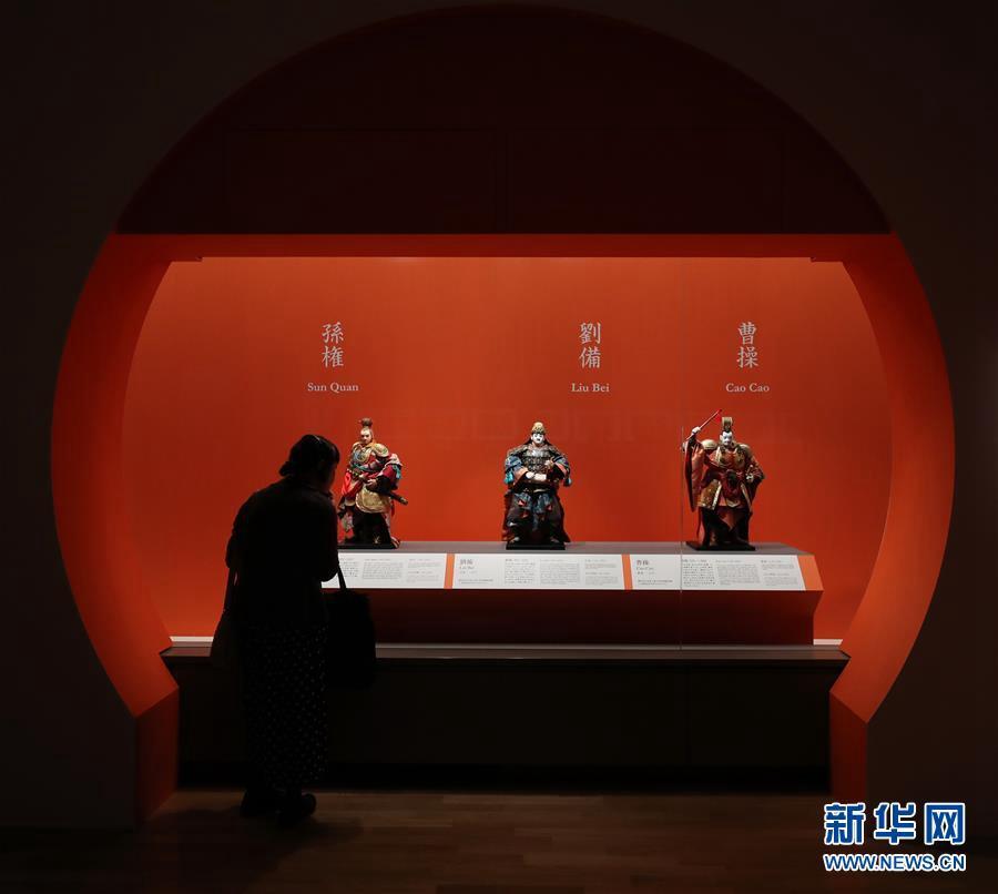7월 8일 도쿄 국립박물관, 한 참관객이 일본 NHK에서 방송한 인형극 &lsquo;삼국지&rsquo; 캐릭터를 관람하고 있다. [사진 출처: 신화망]<br/>  중국과 일본이 공동 주최하는 &lsquo;삼국지 특별 전시회&rsquo; 개최 기념식이 지난 8일 도쿄 국립박물관에서 열렸다. 이번 행사는 &lsquo;중일문화교류협정&rsquo; 체결 40주년을 기념하기 위해 개최됐다.<br/>