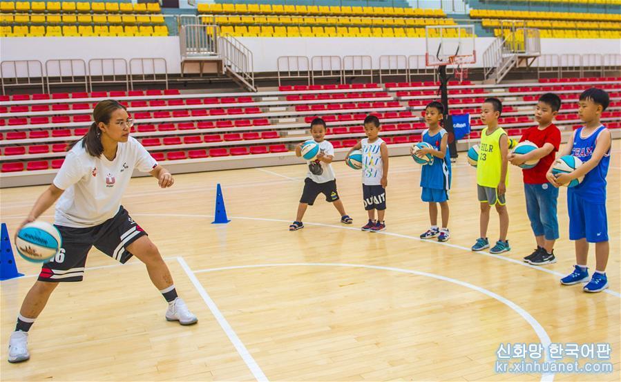 허베이성 자오창현은 여름방학을 맞아 미성년자들을 위한 건강한 성장 무대를 만들고 각종 문화스포츠 활동을 개설해 어린이들이 즐거운 분위기 속에서 건강하고 알찬 여름방학을 보내도록 하고 있다. [촬영/신화사 기자 리샤오궈(李曉果)]