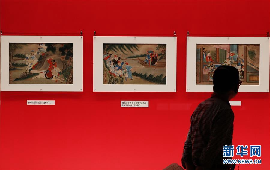 7월 8일 도쿄 국립박물관, 한 참관객이 청(淸)나라 시대 전시품 &lsquo;삼국고사도(三國故事圖)&rsquo;를 관람하고 있다. [사진 출처: 신화망]<br/>