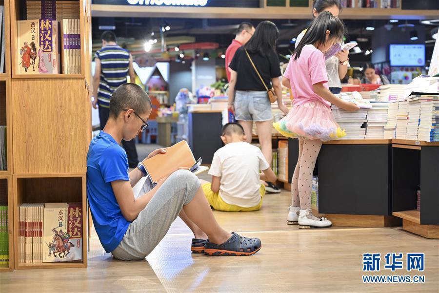 충칭(重慶)시 어린이들은 부모들과 함께 도서관을 찾았다. 그들은 도서관에서 독서, 학습 등을 하며 알차게 방학을 보내고 있다. 사진은 7월 14일 어린이들이 충칭수청(書城)에서 독서를 하는 모습이다. [사진 출처: 신화망]<br/>  여름방학을 맞은 중국 어린이들이 다양한 활동에 참여하고 있다.<br/>