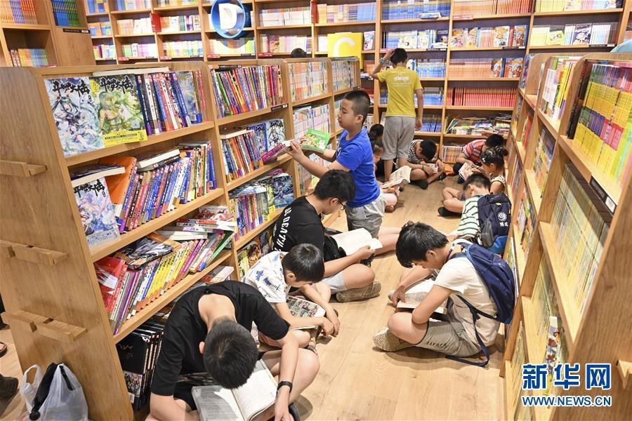충칭(重慶)시 어린이들은 부모들과 함께 도서관을 찾았다. 그들은 도서관에서 독서, 학습 등을 하며 알차게 방학을 보내고 있다. 사진은 7월 14일 어린이들이 충칭수청(書城)에서 독서를 하는 모습이다. [사진 출처: 신화망]<br/>
