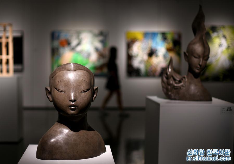 시민의 야간 문화생활을 다양화하기 위해 톈진시 빈하이신구 문화관광국은 공공문화 서비스의 시민편의 조치를 내놓았다. 7월8일부터 톈진 빈하이 신구 도서관과 빈하이신구 박물관, 빈하이신구 미술관 등은 야간 개장시간을 기존 오후 10시에서 10시30분까지로 30분 연장했다. [촬영/신화사 기자 웨웨웨이(岳月偉)]<br/>
