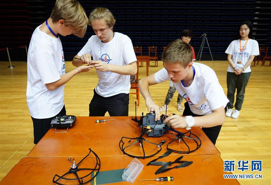 7월 21일 대회에 참가한 러시아 선수들이 드론을 조립하고 있다. [사진 출처: 신화망]<br/>