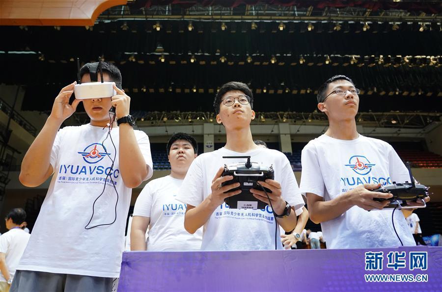 7월 21일 대회 참가 선수들이 드론을 조종하고 있다. [사진 출처: 신화망]<br/>