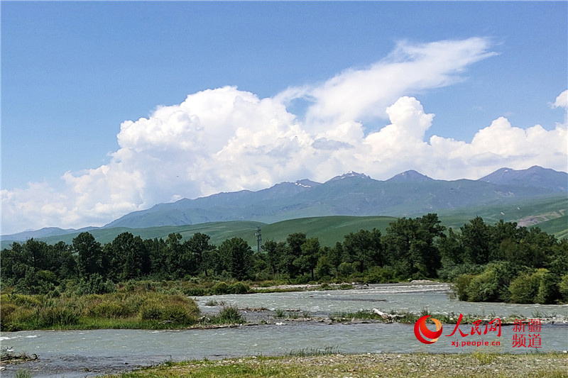 나라티(那拉提)초원 사이를 지나는 궁나이쓰(鞏乃斯)강 [사진 출처: 인민망]