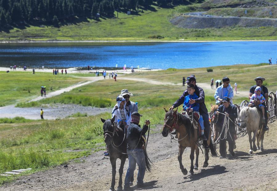 <br/>  游客在天山大峡谷景区体验骑马(8月9日摄)。 时下正值新疆旅游旺季,位于乌鲁木齐县的天山大峡谷景区风景秀丽,吸引大量游客前来休闲观光。 新华社记者  摄