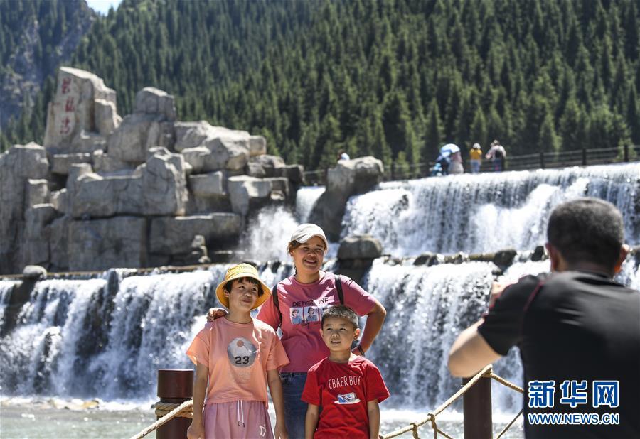 <br/>   游客在天山大峡谷景区留影(8月9日摄)。 时下正值新疆旅游旺季,位于乌鲁木齐县的天山大峡谷景区风景秀丽,吸引大量游客前来休闲观光。