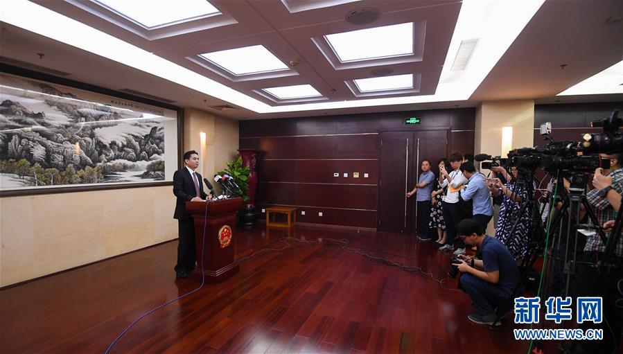 (XHDW·图文互动)(1)国务院港澳办发言人就香港极少数暴徒投掷汽油弹袭警予以严厉谴责