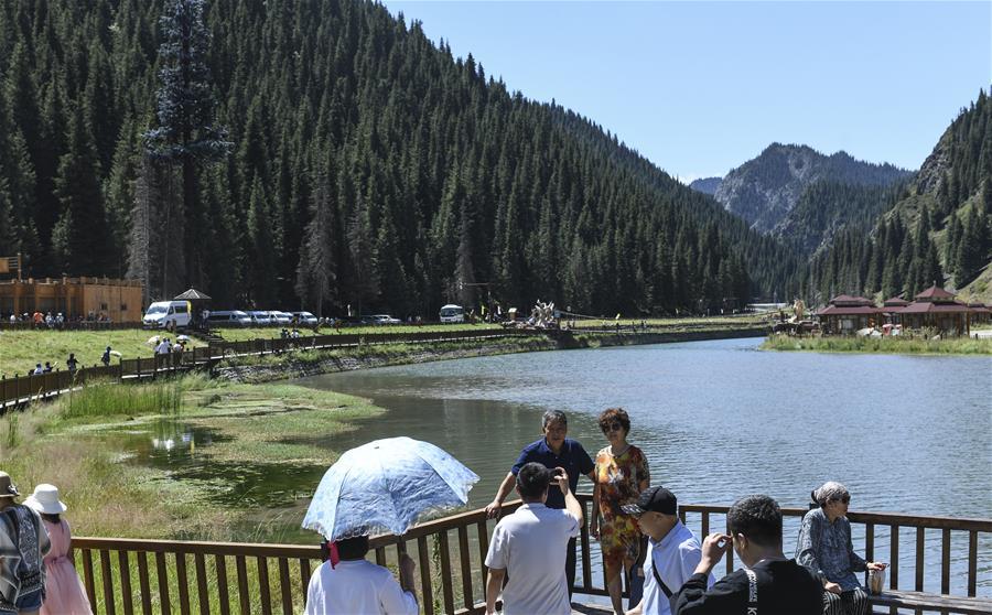 <br/>  游客在天山大峡谷景区观光(8月9日摄)。 时下正值新疆旅游旺季,位于乌鲁木齐县的天山大峡谷景区风景秀丽,吸引大量游客前来休闲观光。