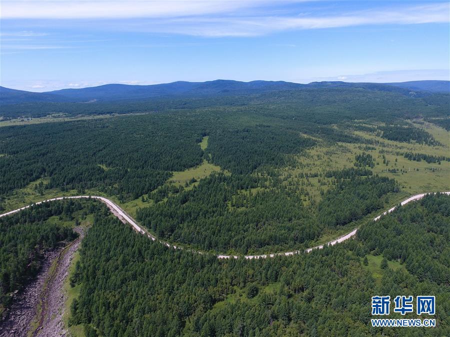 <br/>   这是阿尔山国家森林公园景区内的公路(8月14日无人机拍摄)。 八月中旬的阿尔山国家森林公园郁郁葱葱,水光山色,景色宜人。