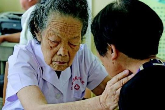"""95岁的""""一线医生""""走了,她""""把喜欢的事做到极致"""""""