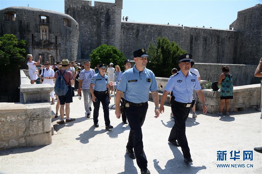8월 9일 제2차 중국-크로아티아 경찰 관광시즌 합동순찰에 나선 경찰관들이 크로아티아 남부 도시 두브로브니크에서 순찰 업무를 소화하고 있다. [사진 출처: 신화망]