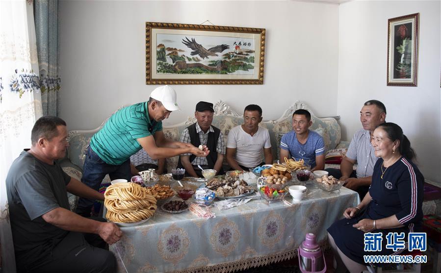 신장(新疆) 아러타이(阿勒泰) 지역 아러타이시 훙둔(紅墩)진 우러거(吾勒格)촌, 누얼란&bull;아하티(努爾蘭&bull;阿哈提, 오른쪽 2번째) 씨가 집에 찾아온 손님들을 대접하고 있다. [8월 11일 촬영/사진 출처: 신화망]<br/>  중국 신장(新疆) 카자흐족(哈薩克族) 사람들은 오랜 세월 동안 풀과 물을 따라 이주하는 생활을 해왔다. 1980년대 신장 아러타이(阿勒泰) 지역에 2817 프로젝트가 가동되면서 카자흐족 목축민들의 대규모 이주 및 정착이 시작됐다. 2008년 목축민 정착 사업은 중국 국가 규획에 정식으로 포함됐다. 토지 및 교통 조건이 좋은 곳을 골라 이주민들을 위한 주택을 짓고 풀사료 기지 개발을 통해 목축민들을 정착시키기 시작했다. 또한 의료, 교육, 문화, 위생 등 프로젝트를 동시에 실행해 목축민들의 새로운 생활을 보장했다.<br/>