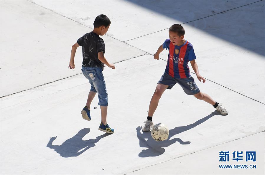 신장(新疆) 아러타이(阿勒泰) 지역 칭허(靑河)현 아거다라(阿格達拉)진, 어린이들이 새로운 거주지에서 즐거운 시간을 보내고 있다. [8월 9일 촬영/사진 출처: 신화망]