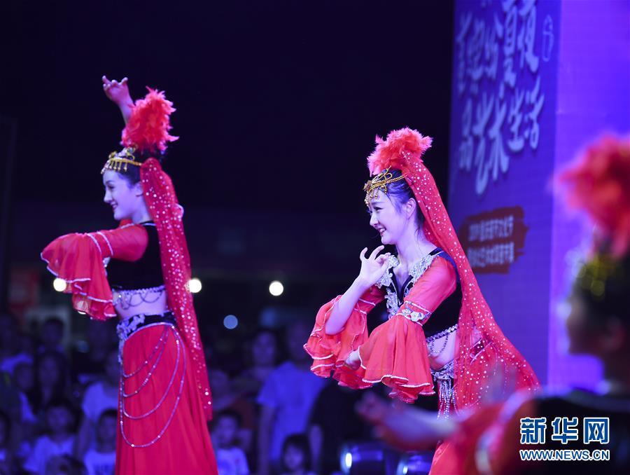 8월 16일 저녁 충칭(重慶)시 위베이(渝北)구 이수환샹(藝術歡享) 야시장, 배우들이 공연을 펼치고 있다. [사진 출처: 신화망]