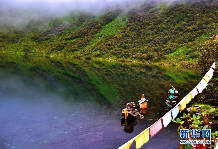 <br/>  位于西藏日喀则市吉隆县吉隆镇的朗吉错湖(8月20日摄)。 朗吉错湖位于西藏日喀则市吉隆县吉隆镇,四周山峰秀丽雄伟,瀑布跌宕多姿,云雾变幻莫测,气候凉爽宜人,湖面清晰的映像与群山构成了大自然的美丽画卷。