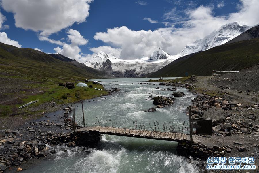 싸푸(薩普) 설산과 호수 풍경(8월24일 촬영) 싸푸(薩普) 설산은 시짱 나취(那曲)시 비루(比如)현 양슈(羊秀)향에 위치해 있다. 싸푸 설산은 빙하가 웅장하고 아름다우며 호수가 깨끗하고 초원이 아름답다. 하지만 과거에는 깊은 계곡에 위치한 데다 교통이 불편해 외부에 잘 알려지지 않았다. 최근 현지가 관광업을 발전시키면서 점차 알려지기 시작한 싸푸 설산은 인기 관광지로 각광받고 있다. [촬영/신화사 기자 황훠(黃豁)]<br/>