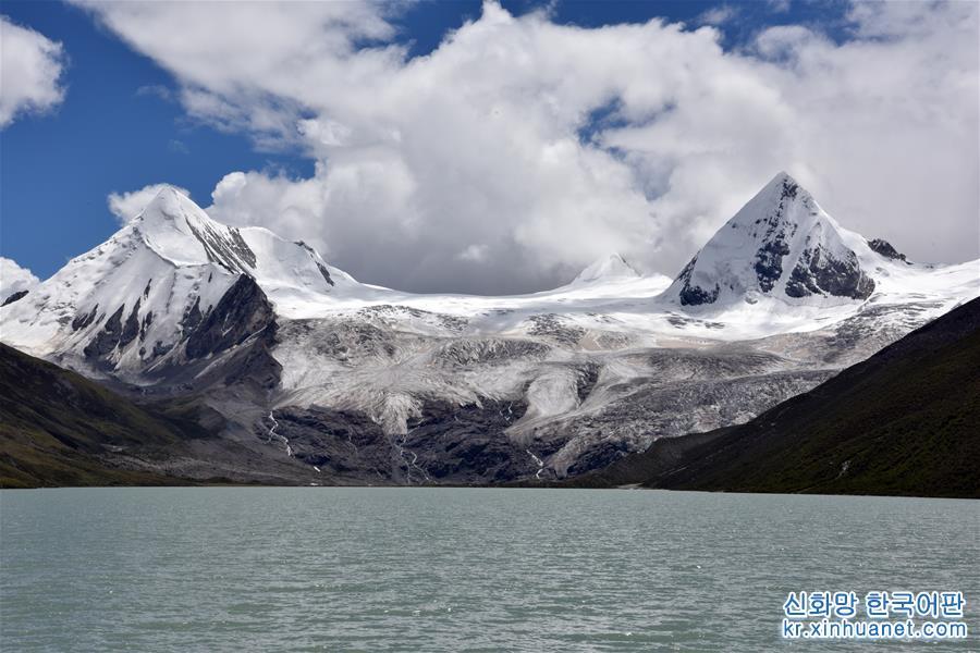 싸푸(薩普) 설산은 시짱 나취(那曲)시 비루(比如)현 양슈(羊秀)향에 위치해 있다. 싸푸 설산은 빙하가 웅장하고 아름다우며 호수가 깨끗하고 초원이 아름답다. 하지만 과거에는 깊은 계곡에 위치한 데다 교통이 불편해 외부에 잘 알려지지 않았다. 최근 현지가 관광업을 발전시키면서 점차 알려지기 시작한 싸푸 설산은 인기 관광지로 각광받고 있다. [촬영/신화사 기자 황훠(黃豁)]<br/>