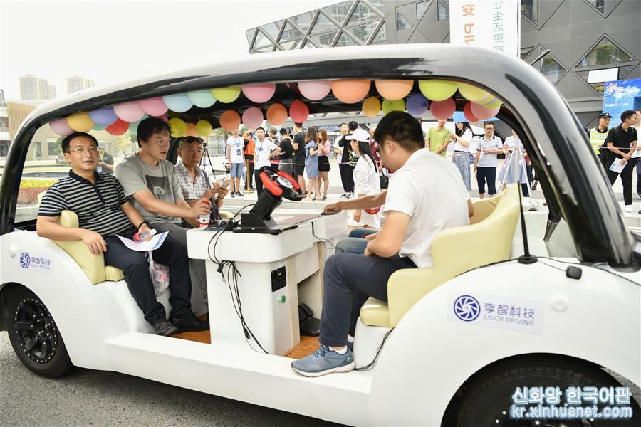 8월 28일, 충칭(重慶) 시민이 &lsquo;5G 자율주행 기술시범 체험&rsquo; 행사 현장에서 자율주행 자동차 도전시합에 참가한 차 위에 앉아 5G 자율주행 실감이 나는 도시 도로 시범탑승 체험을 했다.<br/>  중국국제스마트박람회가 진행 중인 8월 28일, 중국 내 첫 5G 자율주행 시뮬레이션 운영기지 및 5G 자율주행 공공서비스 플랫폼이 일반인 대상으로 이틀에 걸친 &lsquo;5G 자율주행 기술시범 체험&rsquo; 행사를 가졌다. 5G 자율주행 정지상태 전시, 동작상태 체험 등 30여개 프로젝트 및 2019년 i-VISTA &lsquo;차이나텔레콤 5G배&rsquo; 자율주행 자동차 도전시합에서 수상한 차량들이 이번에 모두 대중에게 공개되었다. [촬영/ 신화사 기자 류찬(劉潺)]<br/>