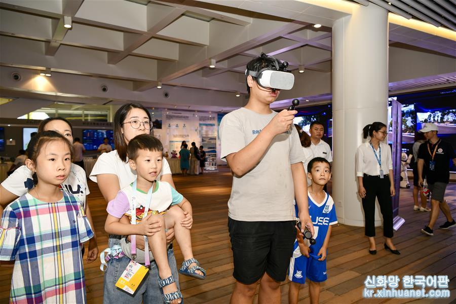 중국국제스마트박람회가 진행 중인 8월 28일, 중국 내 첫 5G 자율주행 시뮬레이션 운영기지 및 5G 자율주행 공공서비스 플랫폼이 일반인 대상으로 이틀에 걸친 '5G 자율주행 기술시범 체험' 행사를 가졌다. 5G 자율주행 정지상태 전시, 동작상태 체험 등 30여개 프로젝트 및 2019년 i-VISTA '차이나텔레콤 5G배' 자율주행 자동차 도전시합에서 수상한 차량들이 이번에 모두 대중에게 공개되었다. [촬영/ 신화사 기자 류찬(劉潺)]