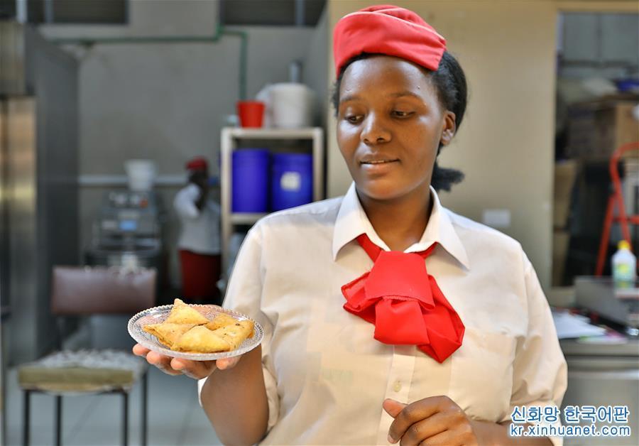 사모사(samosa)는 콩류, 야채, 다진 소고기나 양고기 등을 넣어 만든 소를 페이스트리 반죽으로 만든 피로 감싼 후 기름에 바싹하게 튀겨 낸 삼각형 모양의 음식이다. 케냐 및 아프리카 동부 지역의 전통 분식인 사모사는 케냐인의 식단과 식탁에 늘 등장한다. 요즘은 케냐의 일부 중식당에서도 고객의 요구를 만족시키기 위해 사모사를 만들기 시작했다. [촬영/신화사 기자 왕텅(王騰)]<br/>