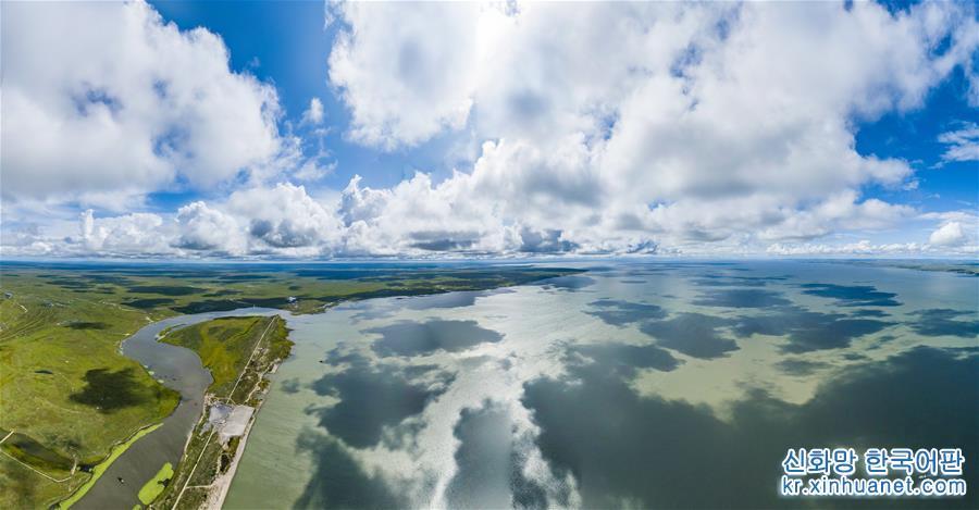8월28일, 드론으로 촬영한 후룬베이얼(呼倫貝爾)<br/>  네이멍구자치구 동북부에 위치한 후룬베이얼은 경내 후룬호와 베이얼호로 인해 후룬베이얼로 불려지게 되었으며, 총 면적은 약25.3만 km2이다. 아름다운 초원과 광활한 삼림 사이에 500여 개의 호수와 3000여 개의 강 및 습지가 넓게 분포해 있다. 녹색의 풀들과 맑고 푸른 물, 파란 하늘, 흰구름, 소와 양이 어우러져 아름다운 화폭을 빚어내는 후룬베이얼은 관광 메카로 국내외에 명성을 날리고 있다.[촬영/신화사 기자 선보한(沈伯韓)]<br/>
