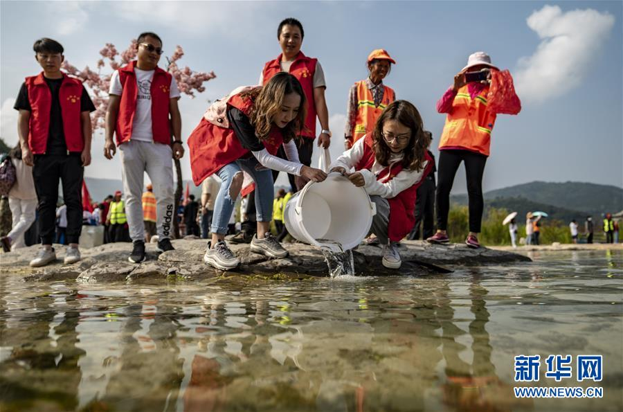 자원봉사자들이 푸셴(撫仙)호에 물고기를 방생하고 있다. [사진 출처: 신화망]