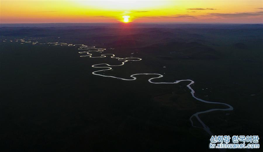 네이멍구자치구 동북부에 위치한 후룬베이얼은 경내 후룬호와 베이얼호로 인해 후룬베이얼로 불려지게 되었으며, 총 면적은 약25.3만 km2이다. 아름다운 초원과 광활한 삼림 사이에 500여 개의 호수와 3000여 개의 강 및 습지가 넓게 분포해 있다. 녹색의 풀들과 맑고 푸른 물, 파란 하늘, 흰구름, 소와 양이 어우러져 아름다운 화폭을 빚어내는 후룬베이얼은 관광 메카로 국내외에 명성을 날리고 있다.[촬영/신화사 기자 선보한(沈伯韓)]<br/>