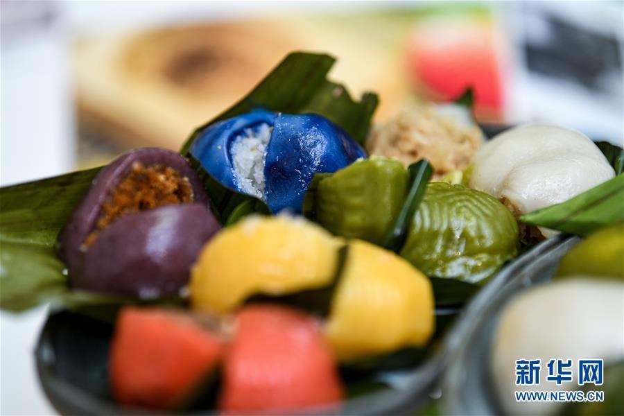 말레이시아 쿠알라룸푸르에서 촬영한 뇨냐 퀘(Nyonya Kuih) [9월 1일 촬영/사진 출처: 신화망]<br/>  오는 13일은 중국 전통 명절인 중추제(中秋節, 중추절)다. 월병(月餅)은 중국인들이 중추제에 먹는 대표적인 간식으로 오랫동안 그 명성을 이어가고 있다. 세계 각지의 전통 간식에 대해 알아봤다.<br/>  말레이시아 현지인과 중국 이민자 간의 자손은 바바뇨냐(baba nyonya)라고 불린다. 남성은 바바, 여성은 뇨냐로 불리며 바바뇨냐는 동남아 지역에서 태어난 중국계를 지칭한다. 바바뇨냐는 중국 전통 풍습을 유지하면서 말레이시아 현지 문화를 흡수했다. 그들의 먹거리 역시 중국과 말레이시아의 특징을 모두 가지고 있다. 그중에서도 디저트로 대중의 사랑받고 있는 뇨냐 퀘(Nyonya Kuih)가 대표적이다. 노냐 퀘는 찹쌀, 코코넛 밀크, 향료 등으로 만들며 식감이 부드럽고 종류와 맛이 다양한 것이 특징이다. 접두화(蝶豆花), 다운 판단(Pandan Leaf)과 같은 식물로 색을 내며 고운 빛깔로 많은 사람들의 사랑을 받고 있다.<br/>