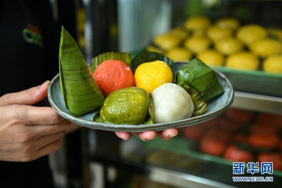 말레이시아 쿠알라룸푸르, 정구이링(鄭桂玲) 씨가 자신이 경영하는 식당에서 디저트 뇨냐 퀘(Nyonya Kuih)를 선보이고 있다. [9월 1일 촬영/사진 출처: 신화망]<br/>