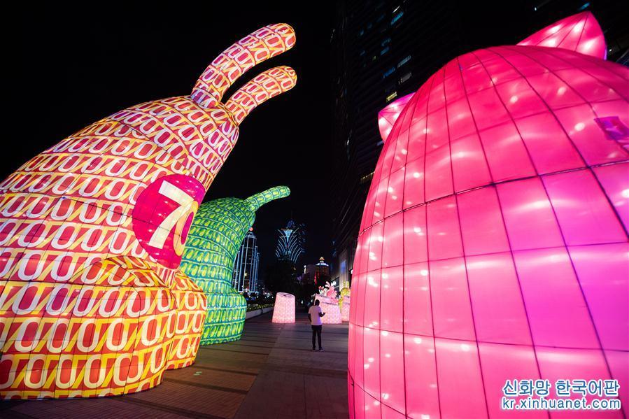 최근, 제4회 마카오 국제꽃등축제가 마카오에서 개최되었다. 가지각색의 울긋불긋한 꽃등들이 마카오 거리를 아름답게 장식했다. [촬영/ 신화사 기자 장진자(張金加)]