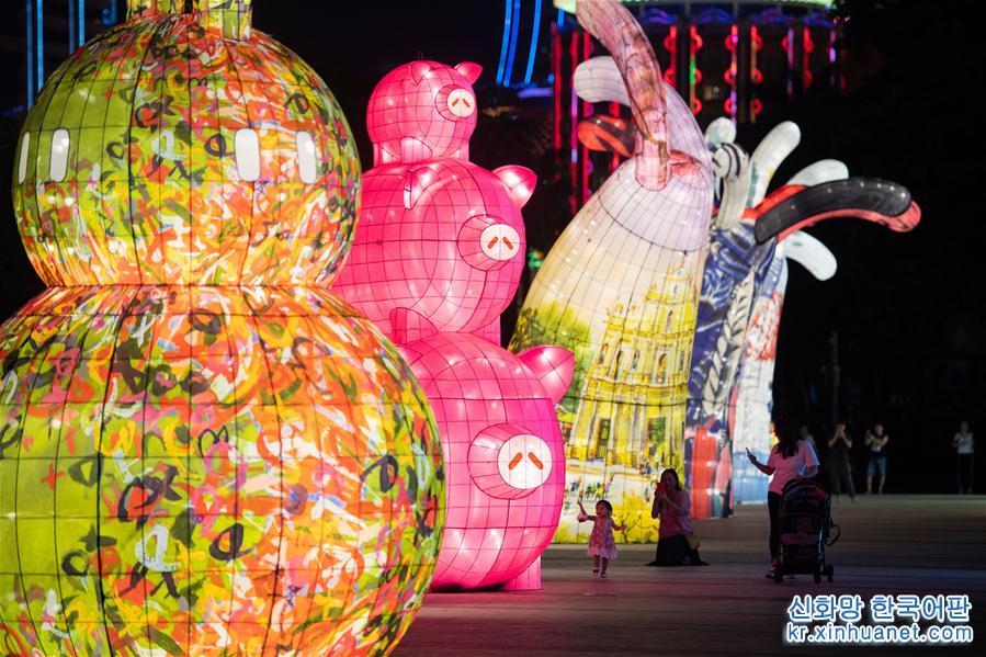 최근, 제4회 마카오 국제꽃등축제가 마카오에서 개최되었다. 가지각색의 울긋불긋한 꽃등들이 마카오 거리를 아름답게 장식했다. [촬영/ 신화사 기자 장진자(張金加)]<br/>