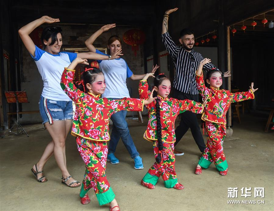 9月11日,外国友人跟着小浦镇当地幼儿园&ldquo;小京迷&rdquo;表演队的孩子们学演京剧。 新华社记者 徐昱 摄<br/>