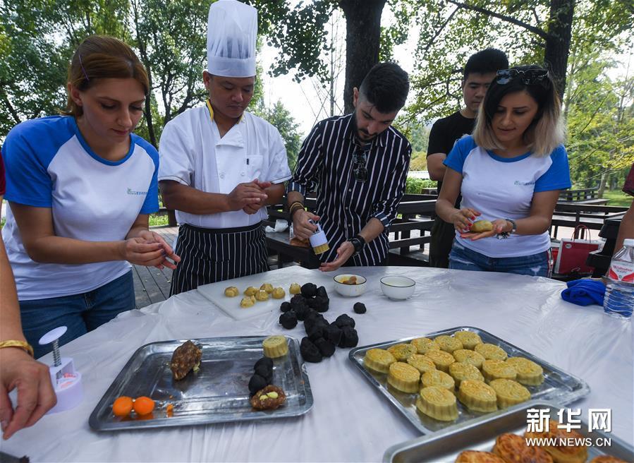 9月11日,几名外国友人在学做月饼。新华社记者 徐昱 摄<br/>