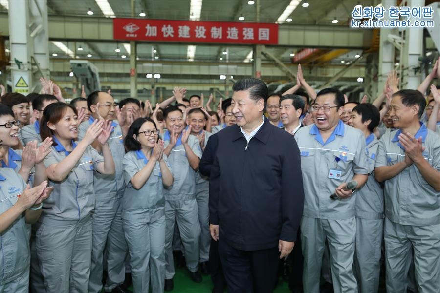 시진핑이 정저우 탄광기계그룹지분유한공사에서 노동자들과 친절한 대화를 하고 있다. [촬영/ 신화사 기자 쥐펑(鞠鵬)]