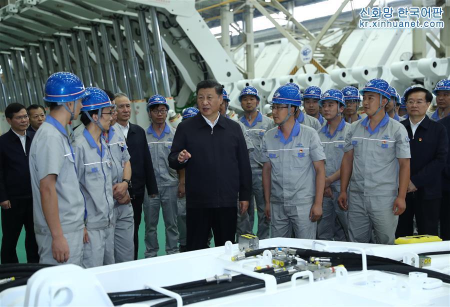 시진핑이 정저우 탄광기계그룹지분유한공사에서 노동자들과 친절한 대화를 하고 있다. [촬영/ 신화사 기자 쥐펑(鞠鵬)]<br/>