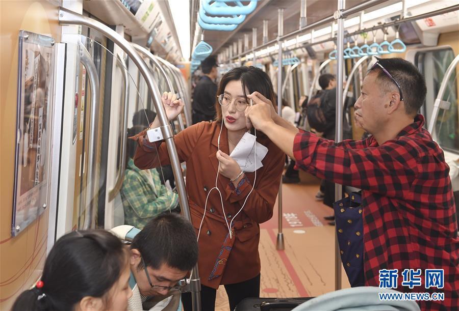 '이동 박물관' 열차에서 생중계 방송을 진행하는 기자의 모습 [9월 18일 촬영/사진 출처: 신화망]
