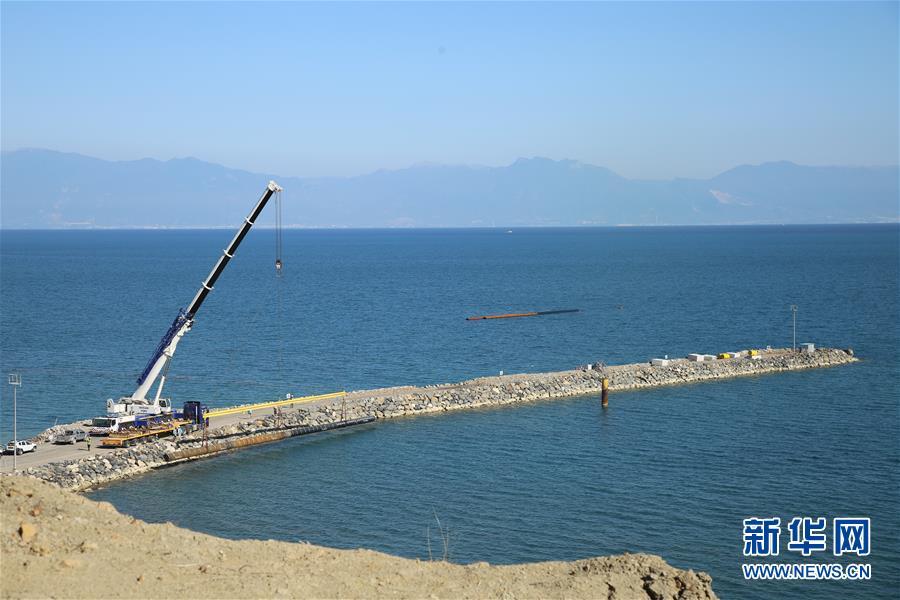 터키 후누틀루(Hunutlu) 발전소 사업이 진행되는 지중해 해변 공사장 [사진 출처: 신화망]<br/>  중국이 터키의 최대 직접투자 사업인 후누틀루(Hunutlu) 발전소를 지난달 22일 터키 남부 아다나주에서 공식 착공했다. 후누틀루 발전소 사업은 중국 &lsquo;일대일로&rsquo; 제창과 터키 &lsquo;중간 회랑(中間走廊)&rsquo; 계획이 협력하는 중요한 사업으로 총투자액이 17억 달러이다. 중국국가전력투자그룹회사 자회사인 상하이전력과 중항국제플랜트회사, 터키 현지 주주들이 공동 개발한다.<br/>