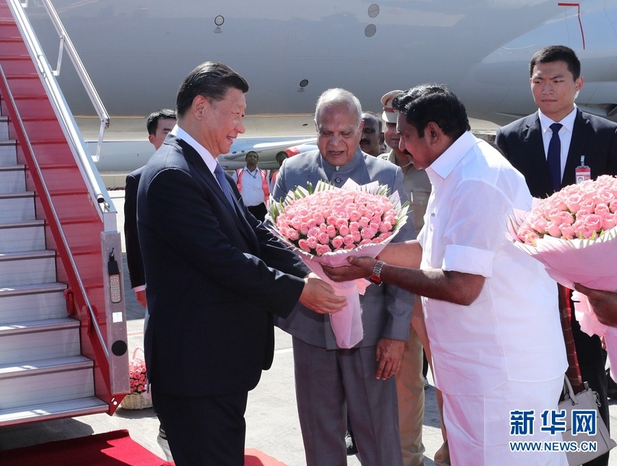 트랩을 내려온 시진핑(習近平) 주석이 인도 타밀나두주 주지사와 수석장관으로부터 꽃다발을 받고 있다. [사진 출처: 신화망]