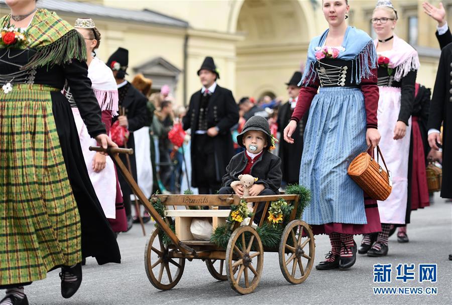 9월 22일 독일 뮌헨에서 한 어린이가 퍼레이드에 참가했다. [사진 출처: 신화망]<br/>