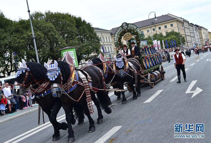 9월 22일 독일 뮌헨에서 사람들이 마차를 타고 퍼레이드에 참가했다. [사진 출처: 신화망]<br/>  진난달 22일 2019년 뮌헨 맥주 축제에서 화려한 퍼레이드 행사가 열렸다. 9월 21일 개막한 2019년 뮌헨 맥주 축제는 10월 6일까지 열렸다.<br/>