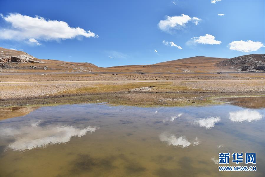 <br/>  这是317国道旁西藏色林错湖风光(10月12日摄)。 深秋时节的藏北,最低气温已降至零摄氏度以下,呈现出苍凉和壮美交织的独特景观。 新华社记者 周锦帅 摄