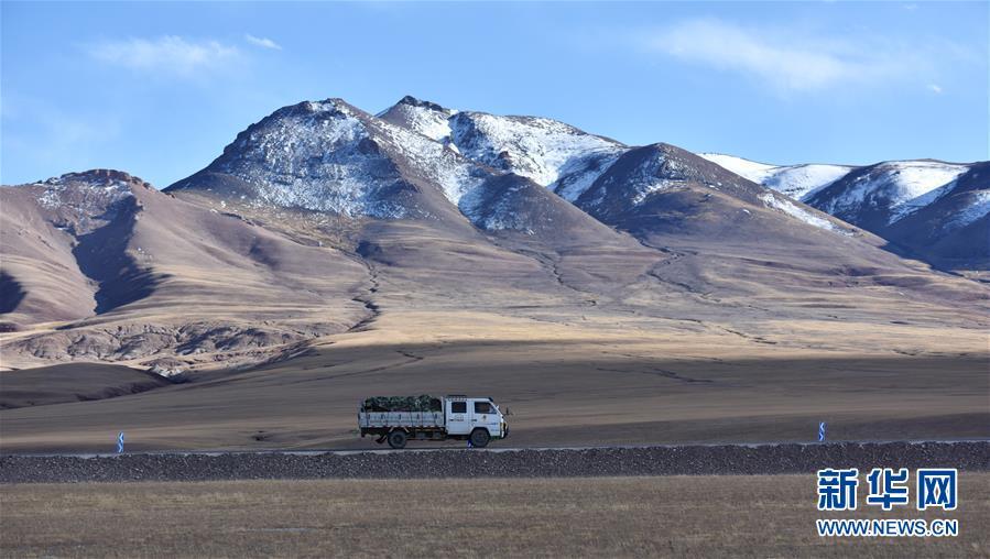 <br/>  西藏那曲市申扎县境内,一辆卡车从山前驶过(10月12日摄)。 深秋时节的藏北,最低气温已降至零摄氏度以下,呈现出苍凉和壮美交织的独特景观。 新华社记者 周锦帅 摄