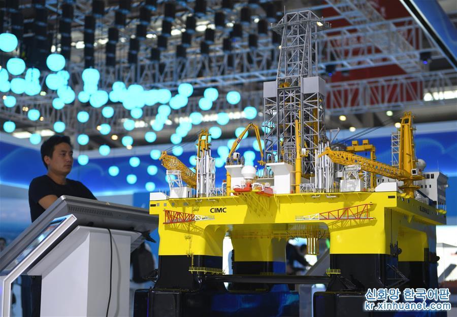 10월 15일 2019년 중국해양경제박람회가 선전(深圳)에서 개막했다. 많은 수량의 해양 '대국중기(大國重器)' 및 하이테크 기술개발 성과가 박람회에 등장했다. 중국해양경제박람회는 '중국해양제일전'이라고도 불린다. '푸르른 기회, 함께 미래를 창조'를 주제로 한 2019년 중국해양경제박람회에 450여개 기업과 기구가 참가했다. 이들 기업은 현대 항구 건설, 해양 하이테크 기술과 장비제조, 해양재생에너지 이용, 바닷물 담수화 및 종합이용 등 핫한 분야를 중점으로 신기술 성과를 런칭하고 국내외 기업의 상담과 협력을 추진할 예정이다. [촬영/ 신화사 기자 마오쓰쳰(毛思倩)]