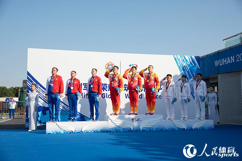 시상식 [사진 출처: 인민망]<br/>  지난 19일 제7회 세계군인체육대회(CISM Military World Games) 남자 25m 권총 단체전에서 중국팀이 1747점으로 우승을 차지했다. 이는 본 세계군인체육대회에서 중국 선수팀의 첫 금메달이다.<br/>