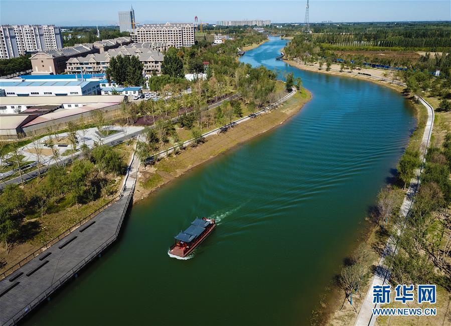 유람선이 바저우(霸州)시 망뉴허(牤牛河)를 지나고 있다. [10월 9일 드론 촬영/사진 출처: 신화망]