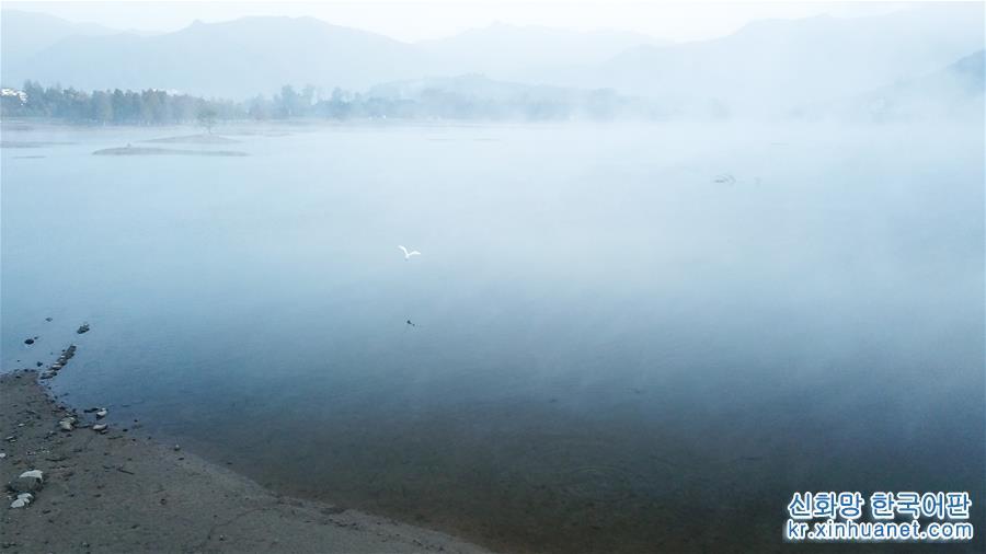 10월 30일 아침의 치수호 풍경(드론 촬영). 물안개가 자욱하게 피어오른 안후이성 황산(黃山)시 이(黟)현의 치수호(奇墅湖)의 아침 풍경이 환상적이다. [촬영/신화사 기자 장돤(張端)]<br/>
