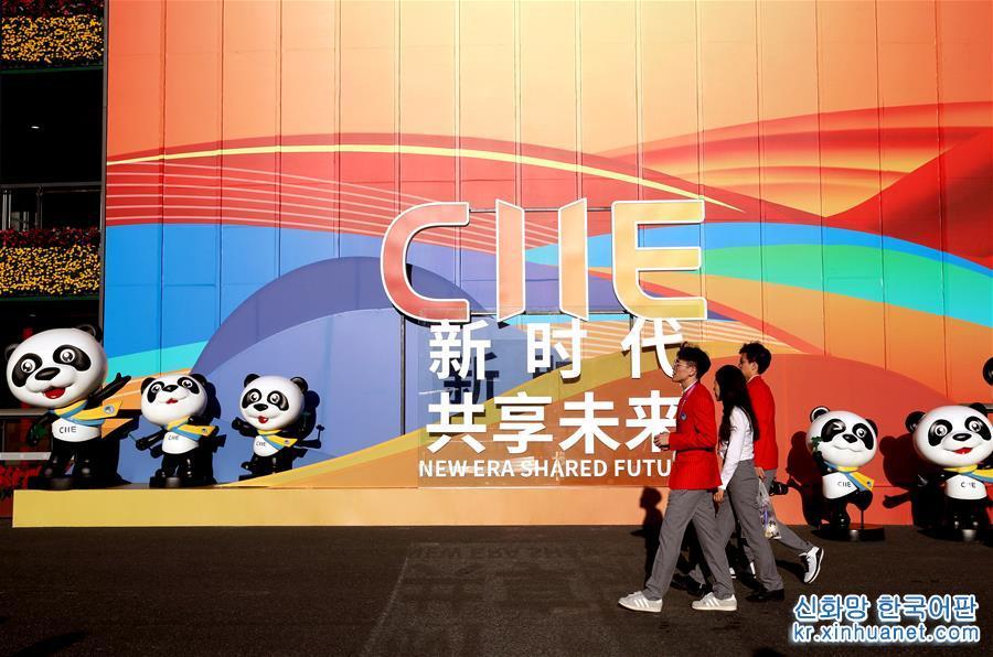 11월 3일, 중국국제수입박람회 자원봉사자가 전시장에서 오가고 있다. 이날, 제2회 중국국제수입박람회 각 전시관의 전시품 배치 작업이 대체로 완료되었고 일부 전시 업체만 전시품에 대해 마지막 조정을 진행했다. 제2회 중국국제수입박람회는 11월 5-10일 국가컨벤션센터(상하이)에서 열린다. [촬영/ 신화사 기자 류잉(劉穎)]<br/>