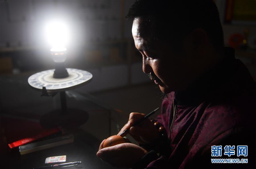 쩌우자오칭이 러안현의 작업실에서 작업에 몰두하고 있다. [10월 28일 촬영/사진 출처: 신화망]