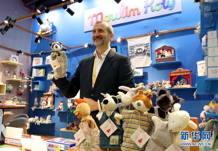 지난 5일 제2회 중국국제수입박람회 품질생활전시구역에서 프랑스 완구 브랜드 전시업체가 아동용 손 장난감을 선보이고 있다. [사진 출처: 신화망]<br/>